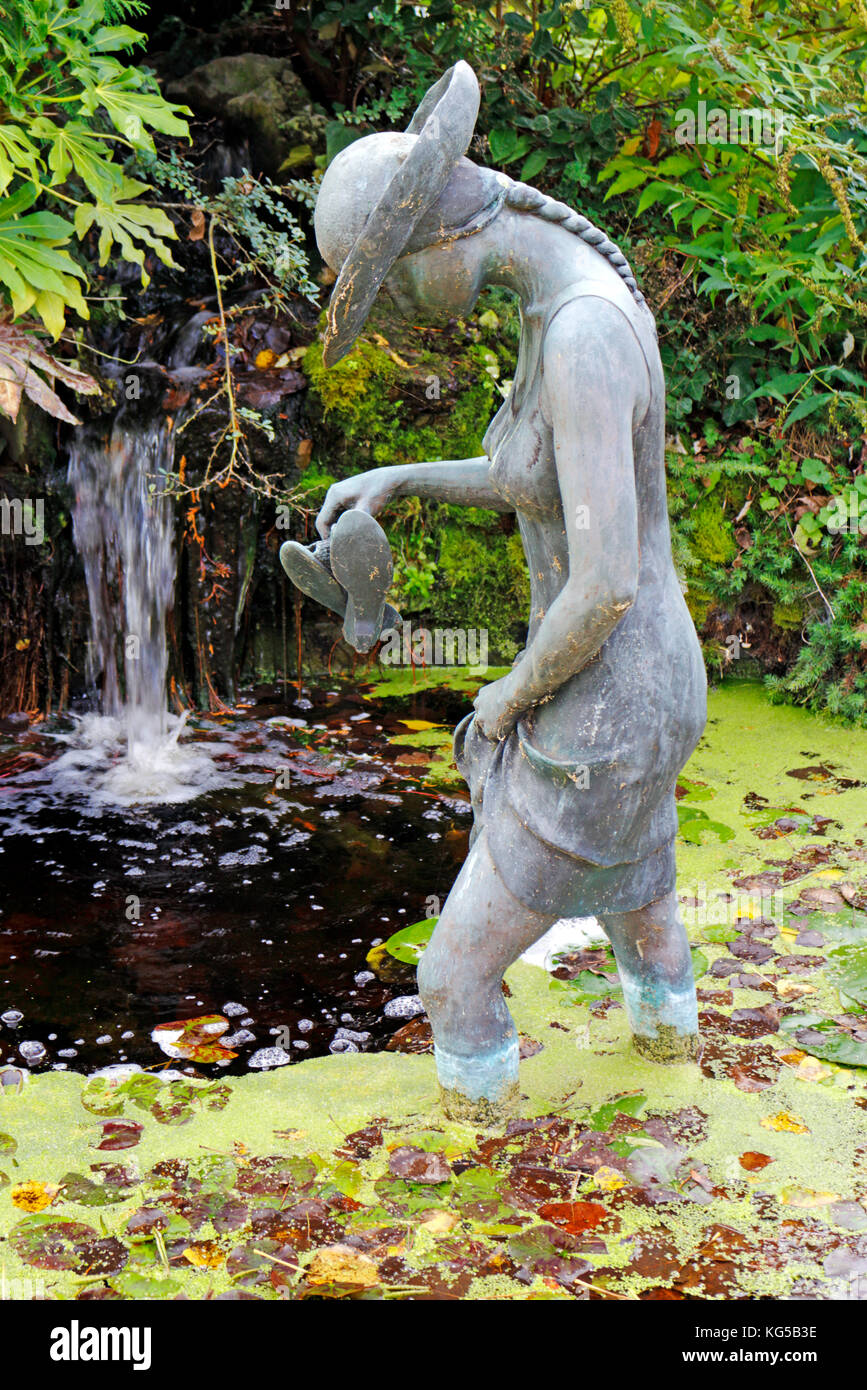 Stsatuette For Outdoor Ponds: Small Water Feature Garden Stock Photos & Small Water