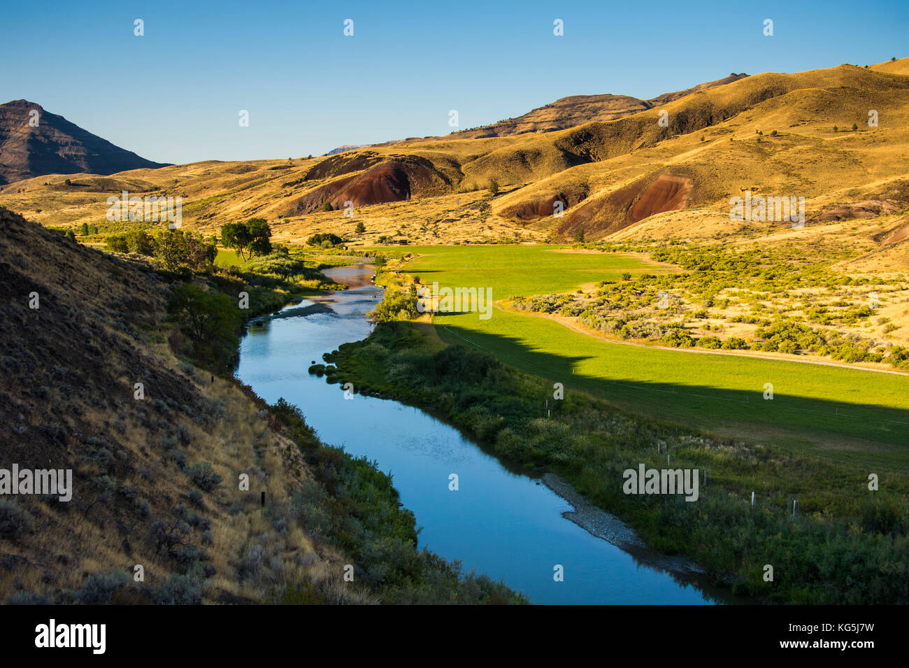 Mighty John Day river flwoing through the sheep rock unit in the John Day fossil beds National Monument, Oregon, - Stock Image