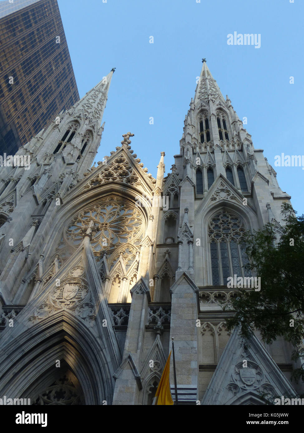 Saint Patrick Cathedral on Fifth Avenue New York with Olympic Tower built by Aristotle Onassis and designed by Architects - Stock Image