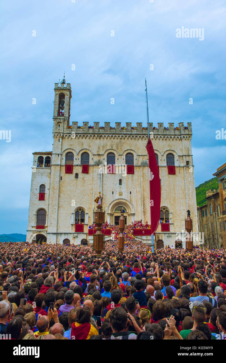 Gubbio, Umbria, Italy. People in Piazza Grande ready for the rising of the Candles cerimony. - Stock Image