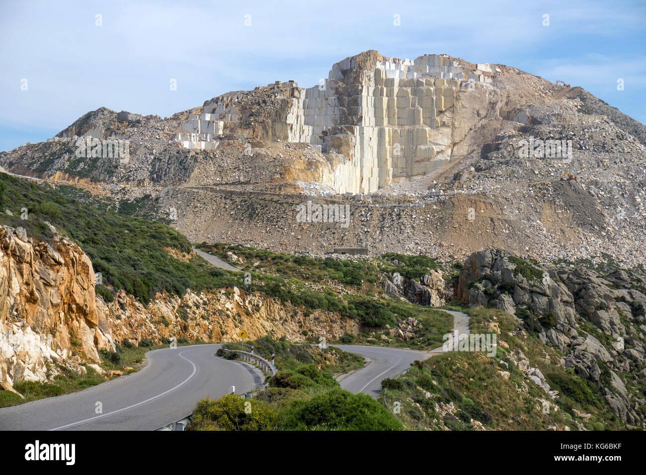 Stufenfoermiger Abbau von Marmor im Marmorsteinbruch bei Kinidaros, Naxos, Kykladen, Aegaeis, Griechenland, Mittelmeer, - Stock Image