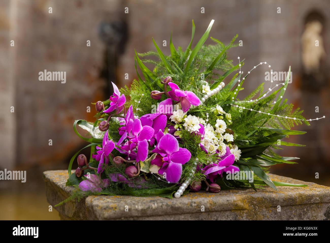 Hochzeit Brautstrauß lila Blumen - Stock Image