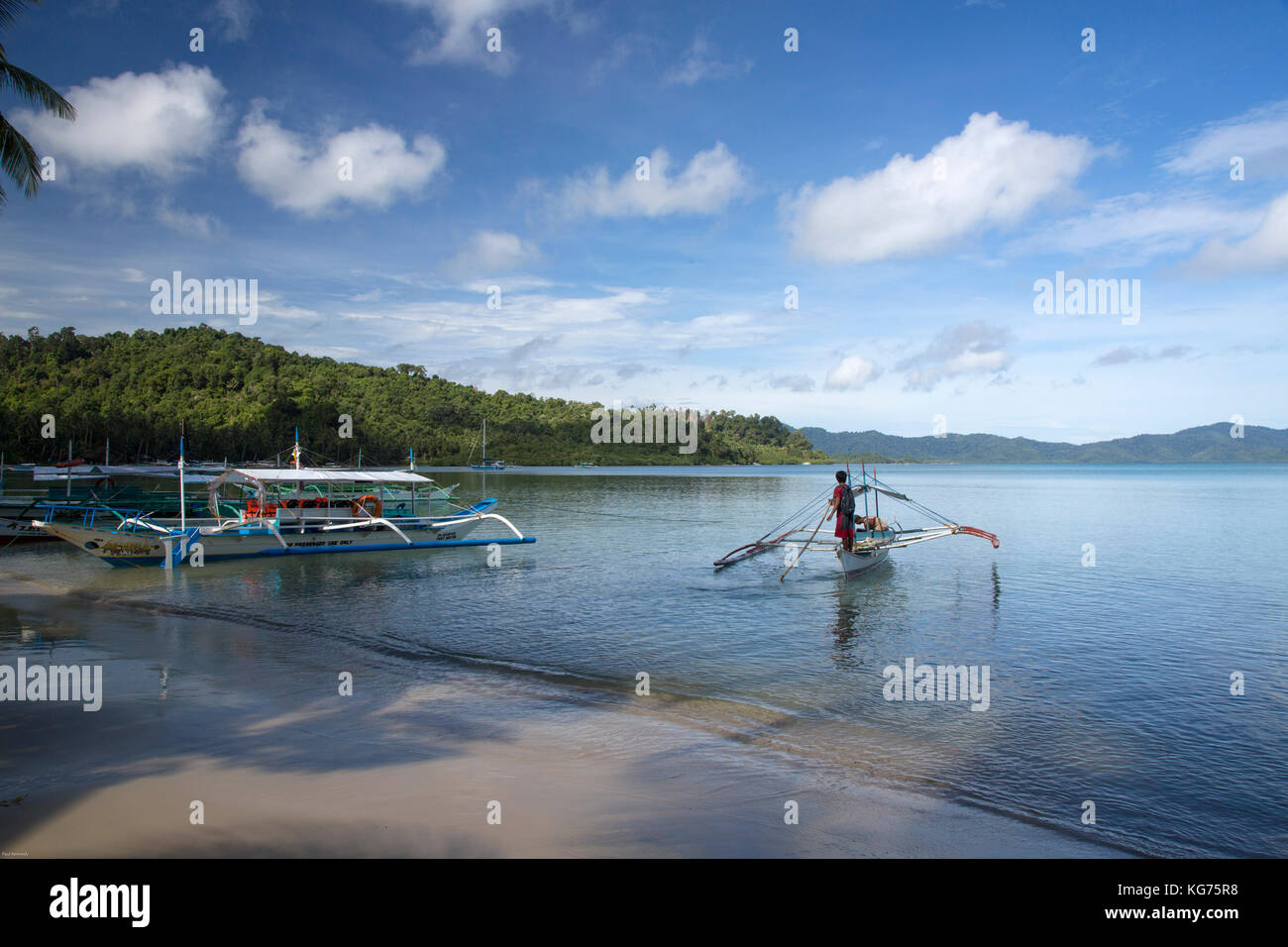 Port Barton beach with outrigger island hopping boats, Palawan, Philippines - Stock Image