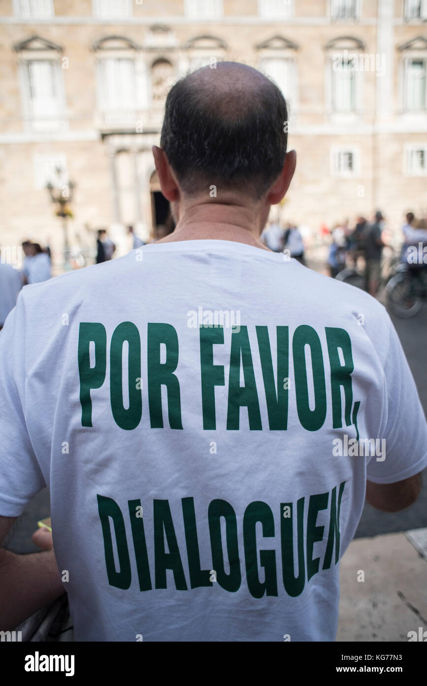A man with the phrase 'please, talk' in Plaça Sant Jaume, where thousands of people ask the governments - Stock Image