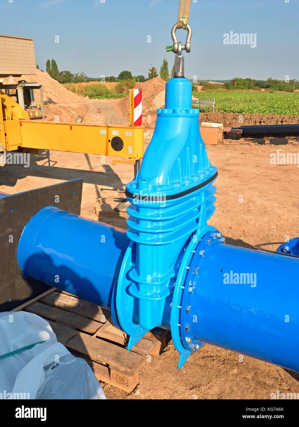 500mm big new drink water Gate valve joint with screws and nuts to pipe fitting. Piping repair, unit on wooden pallet, - Stock Image