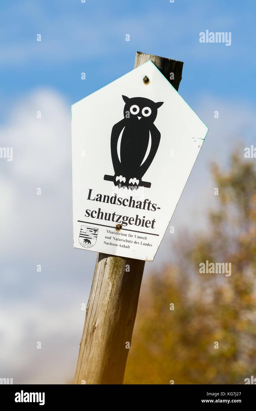Kennzeichnung Landschaftsschutzgebiet in Sachsen Anhalt Schild auf Holzpfahl Stock Photo
