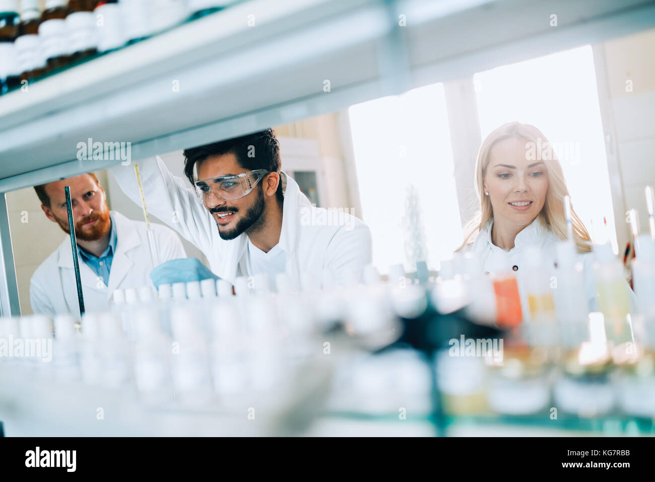 Group of chemistry students working in laboratory - Stock Image