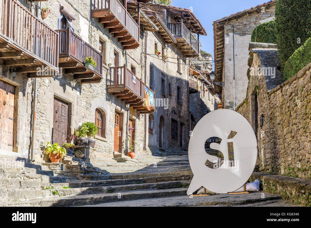 RUPIT, SPAIN - OCTOBER 29, 2017: The Catalan National Assembly's pro-independence 'Si' logo on the streets - Stock Image