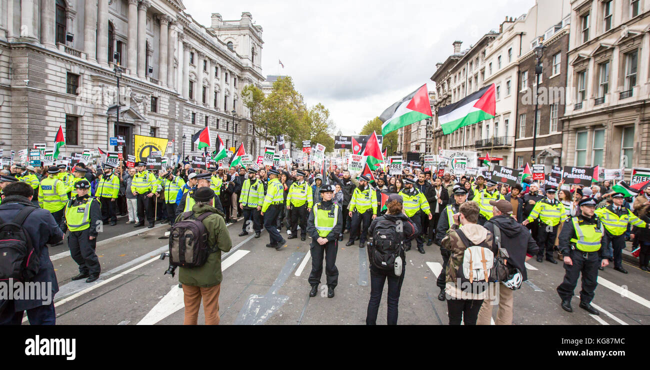 London, UK. 4th November, 2017. In a National rally organised by the Palestinian Solidarity Campaign thousands marched Stock Photo