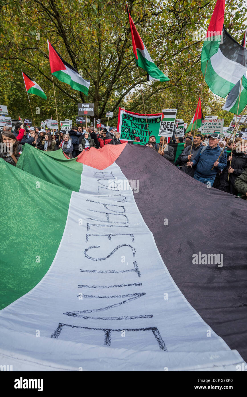 London, UK. 04th Nov, 2017. Outside the US Embasssy - National Palestine March and Rally - Justice Now: Make it - Stock Image