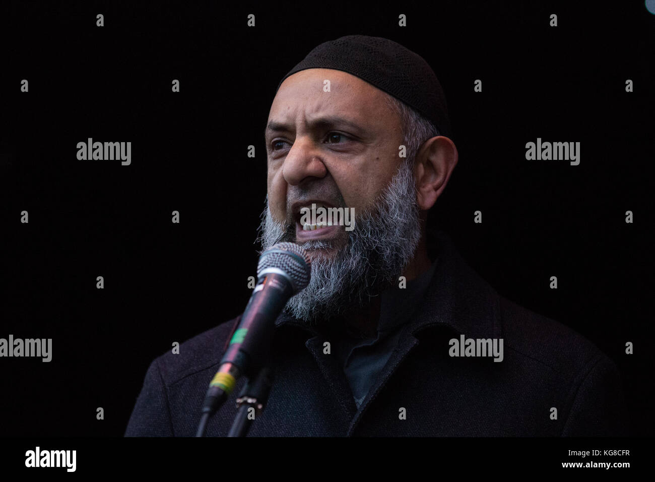 London, UK. 4th November, 2017. Ismail Patel, Chair of Friends of al-Aqsa, addresses campaigners for Palestine who - Stock Image