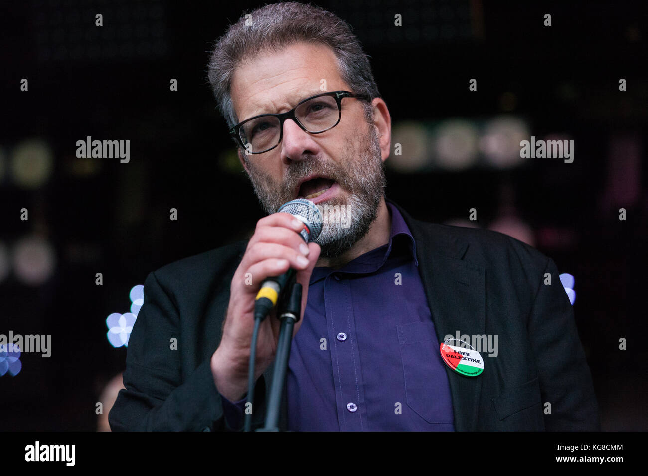 London, UK. 4th November, 2017. Ben Jamal, Director of Palestine Solidarity Campaign, addresses campaigners for - Stock Image