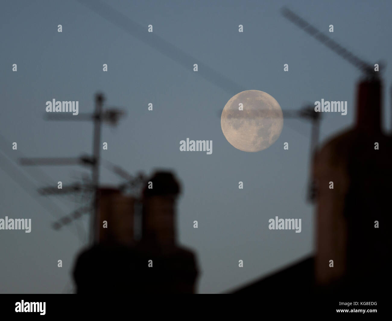 Sheerness, Kent, UK. 5th Nov, 2017. UK Weather: the full Beaver's / Hunter's moon setting over Sheerness - Stock Image