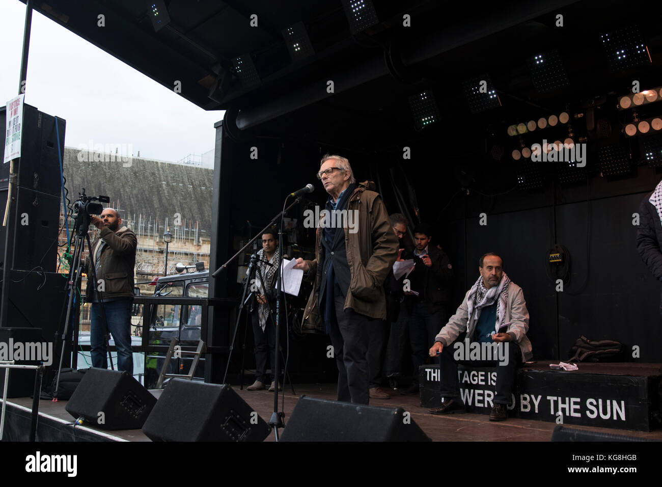 London, UK. 4 November 2017. Film director Ken Loach addresses thousands of protesters in Parliament Square to protest - Stock Image