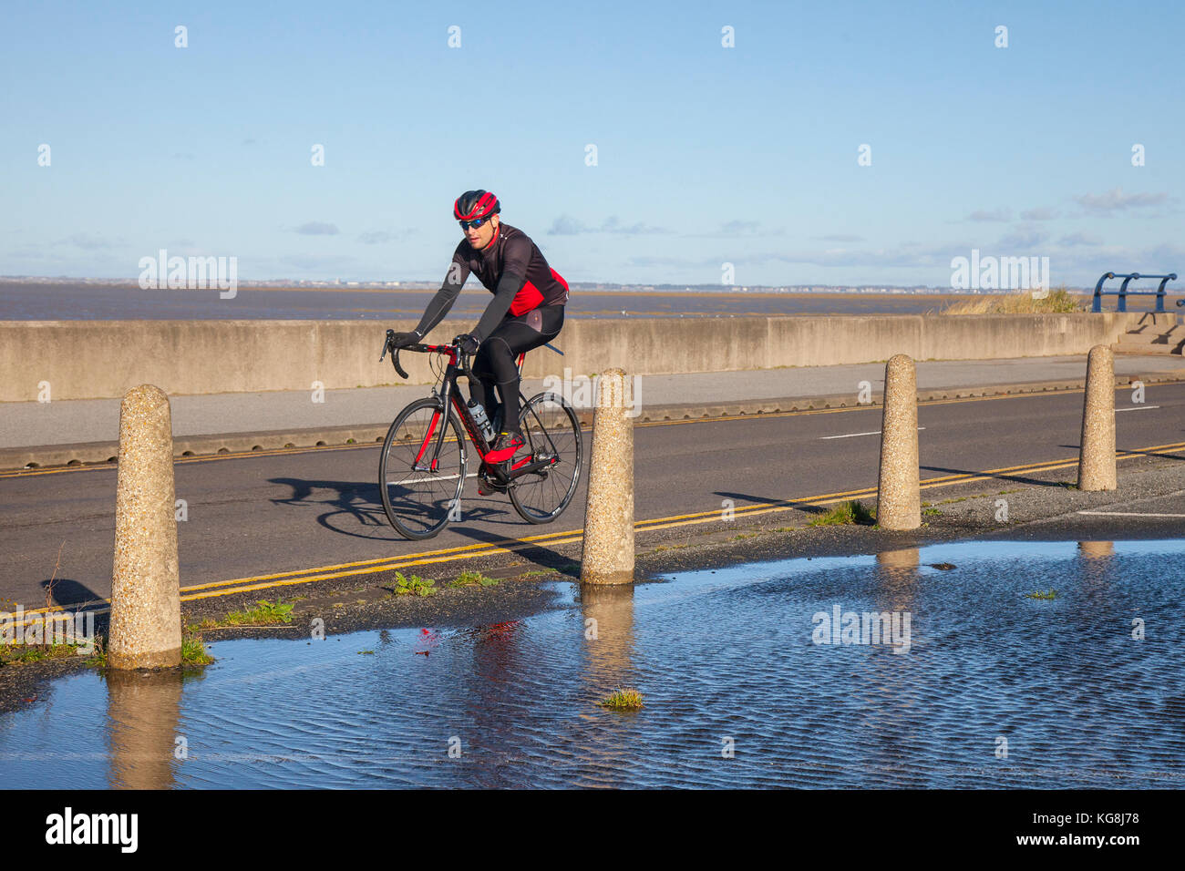 Southport, Merseyside, UK Weather, 5th November, 2017. Sunshine & Showers and blustery westerly winds at the - Stock Image