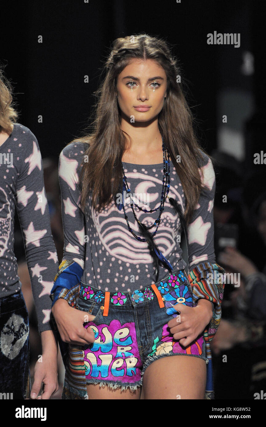 pictures Taylor Hill (model)