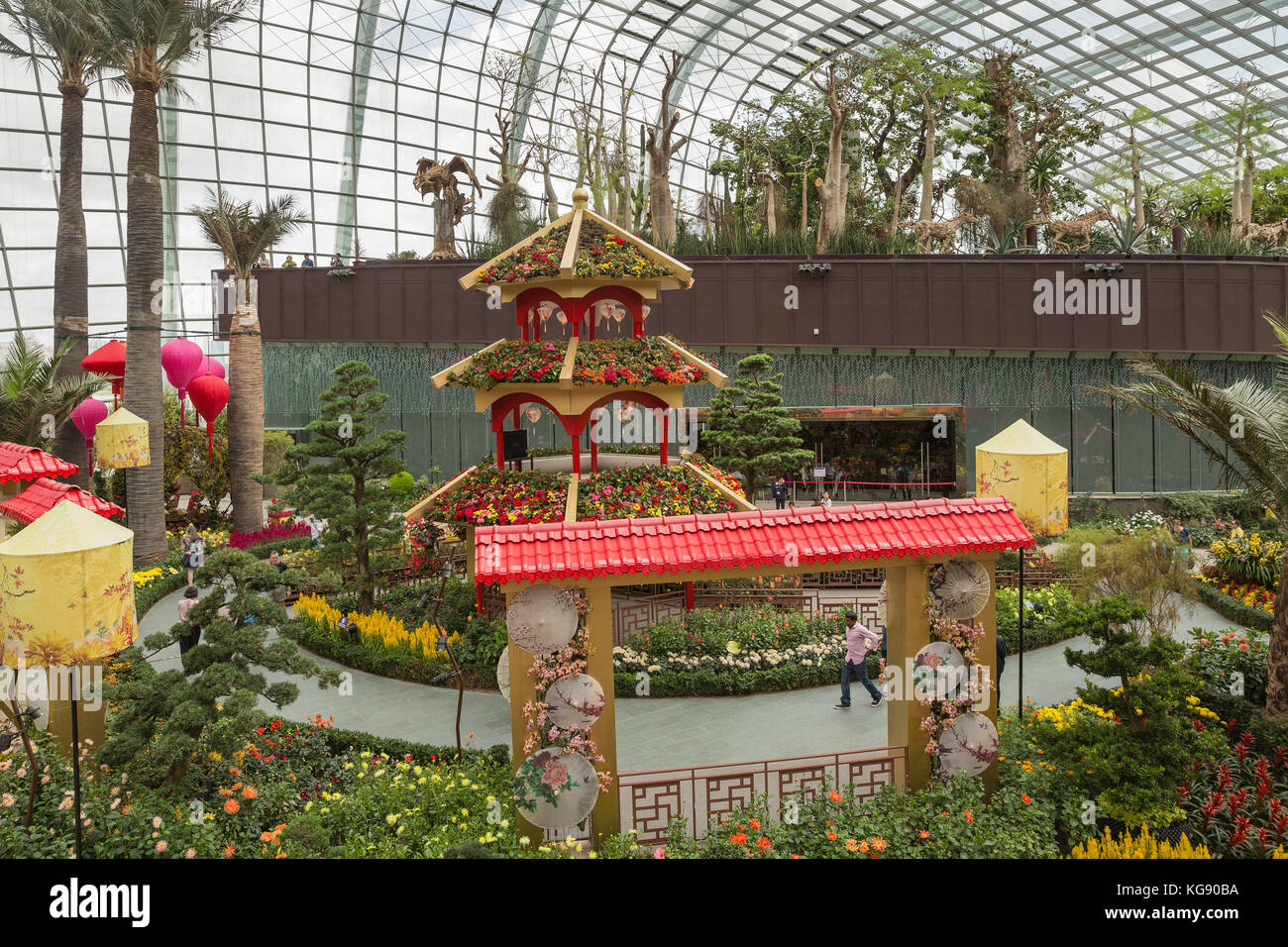 Inside a greenhouse at gardens by the bay Stock Photo: 164925694 - Alamy