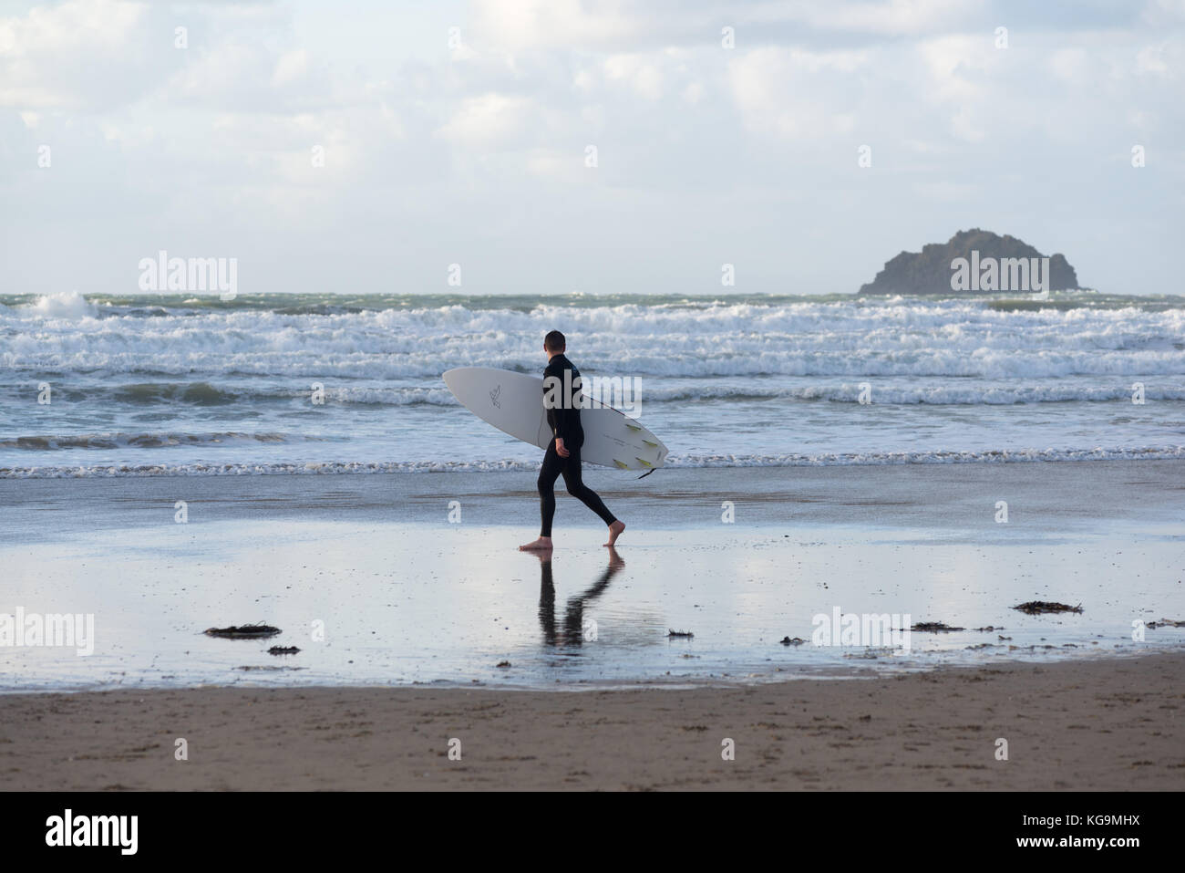 Polzeath, Cornwall, UK, 5th November 2017, UK weather: Strong winds and cold on the North Cornwall coast but lots - Stock Image