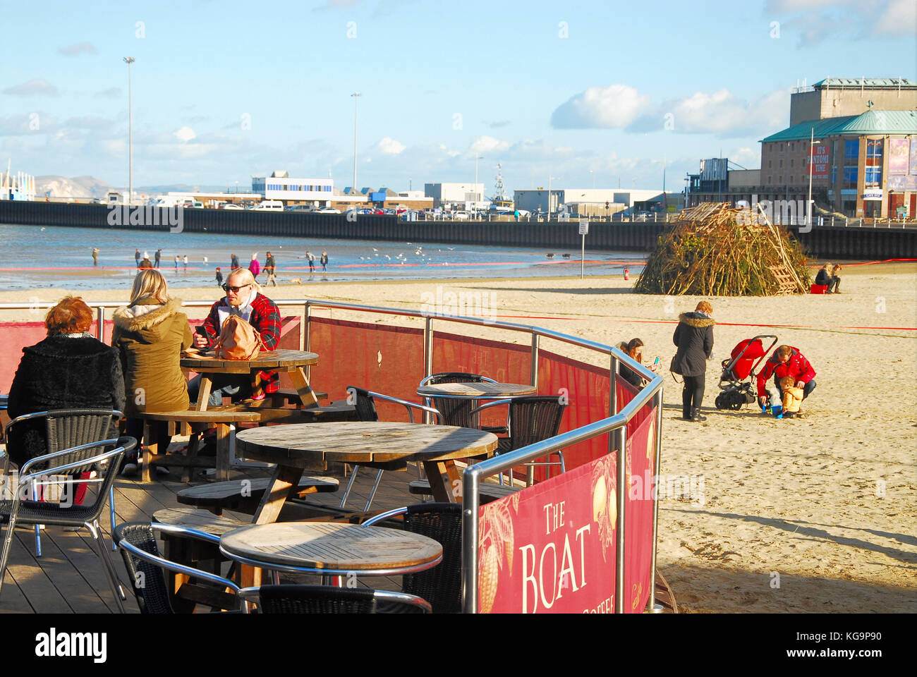 Weymouth, Dorset. 5th November 2017 - People wrap up warm and make the most of a gorgeous autumn day. The November - Stock Image