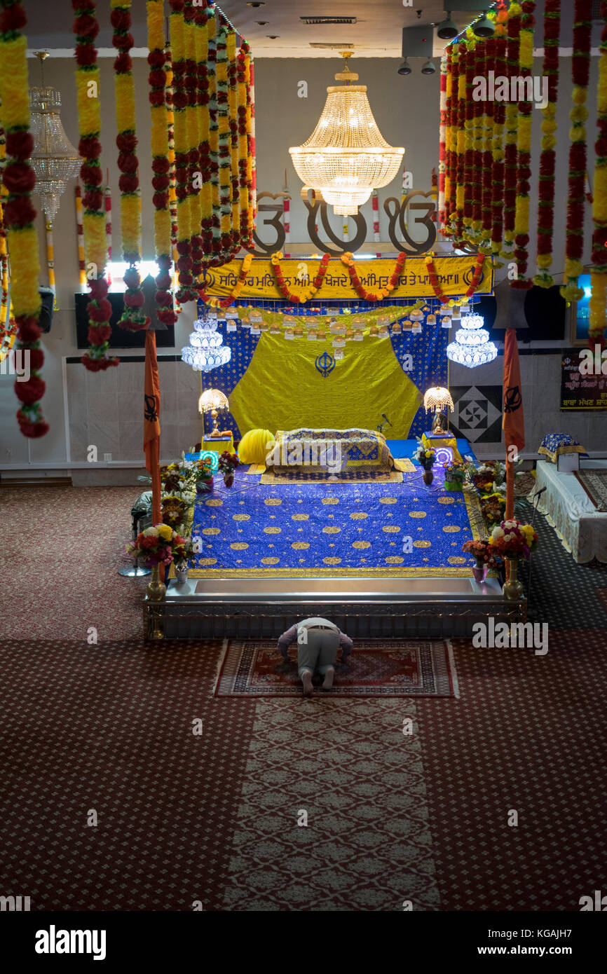 A single worshiper at the Baba Makhan Shah Lobana Sikh Center on 101 Avenue in Richmone Hill, Queens, New York City - Stock Image