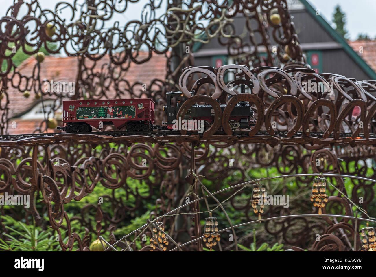 Modelleisenbahn mit Weihnachtsdekor in einem Eisenbaum in der Stock ...
