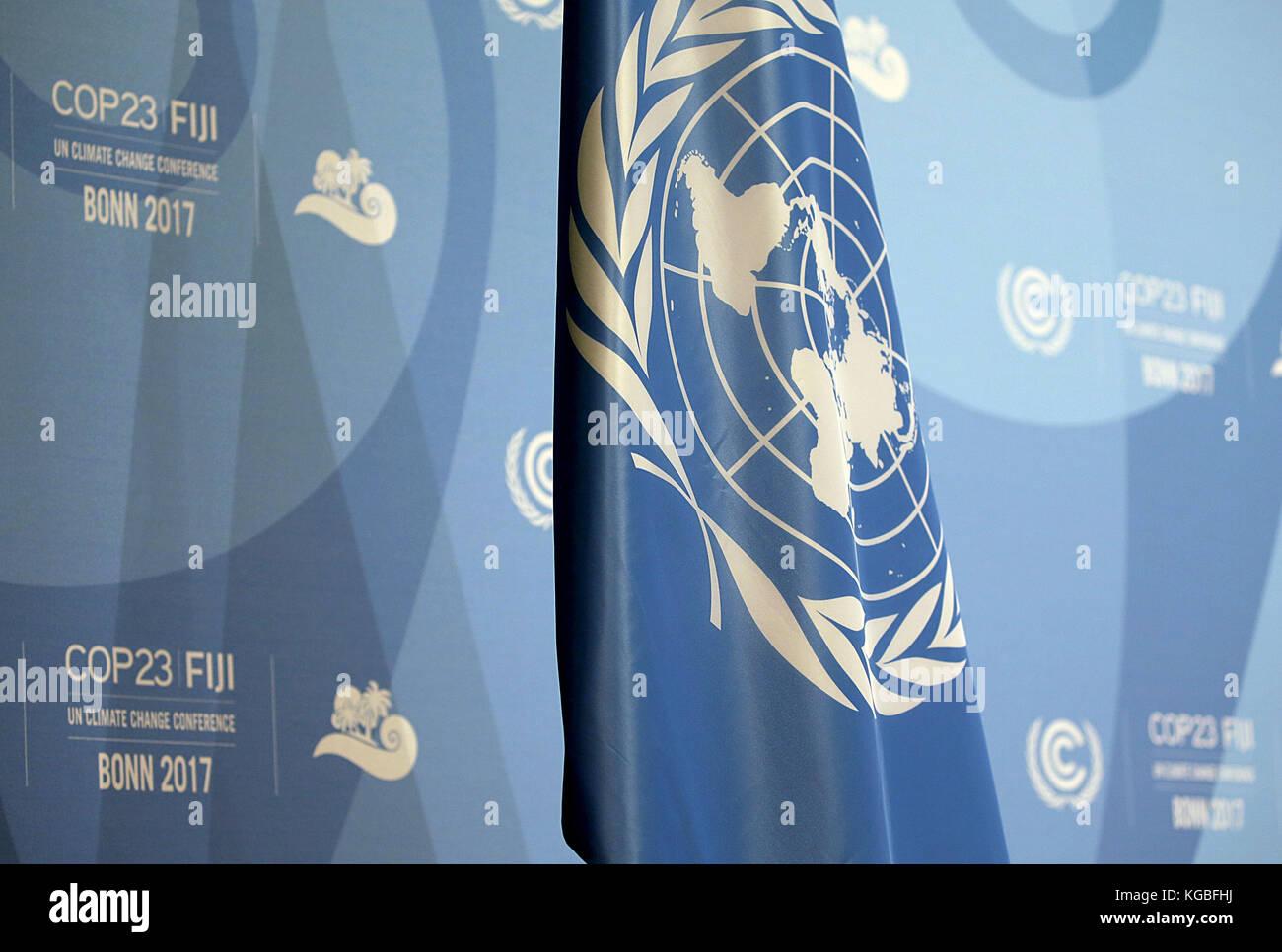 Bonn, Germany. 6th Nov, 2017. Die Fahne der Vereunten Nationen hängt am 06.11.2017 in Bonn (Nordrhein-Westfalen) zur Eröffnung der Weltklimakonferenz im Saal. Die Weltklimakonferenz COP23 findet 06. bis 17. November 2017 in Bonn statt# The flag of the United Nations is presented during the opening of the World Climate Conference in Bonn, Germany, 6 November 2017. The World Climate Conference is taking place from the 6 to the 17 of November in Bonn, Germany. Credit: Oliver Berg/dpa/Alamy Live News Stock Photo