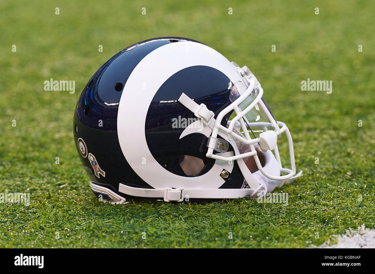 East Rutherford, New Jersey, USA. 5th Nov, 2017. A Rams' helmet during warm up prior to NFL action between the - Stock Image