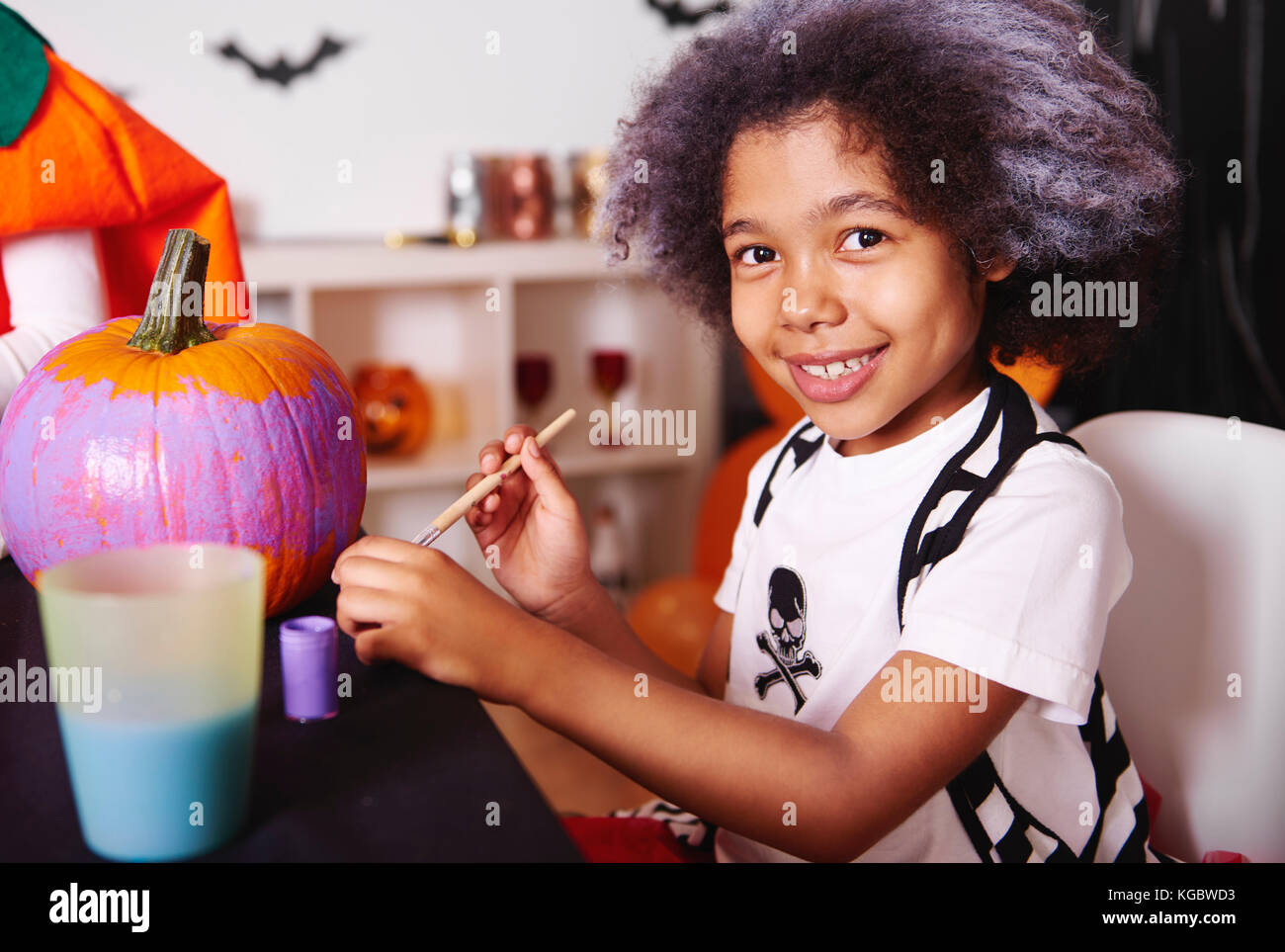 She love painting pumpkins for halloween - Stock Image