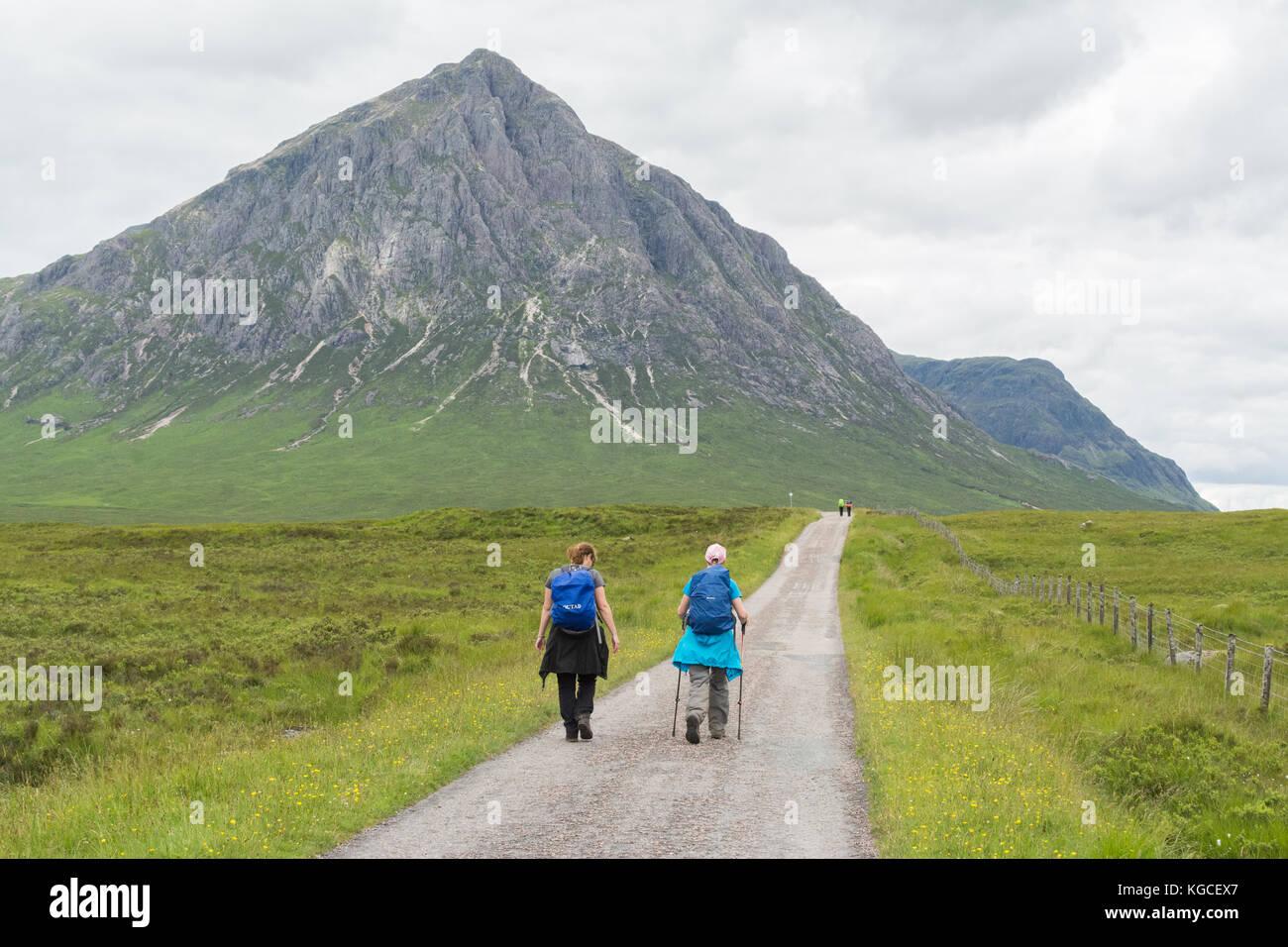 West Highland Way walkers walking towards Buachaille Etive Mor,  Glen Coe, Scotland, UK - Stock Image