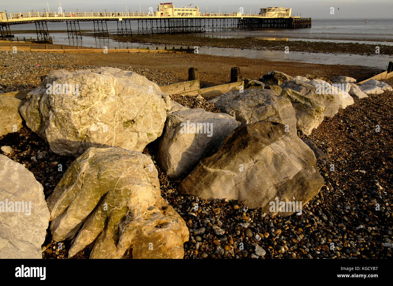 AJAXNETPHOTO. WORTHING, ENGLAND. - ROCKY SHORE - BOULDERS PLACED ON THE BEACH TO HELP REDUCE COASTAL EROSION. PHOTO:JONATHAN - Stock Image