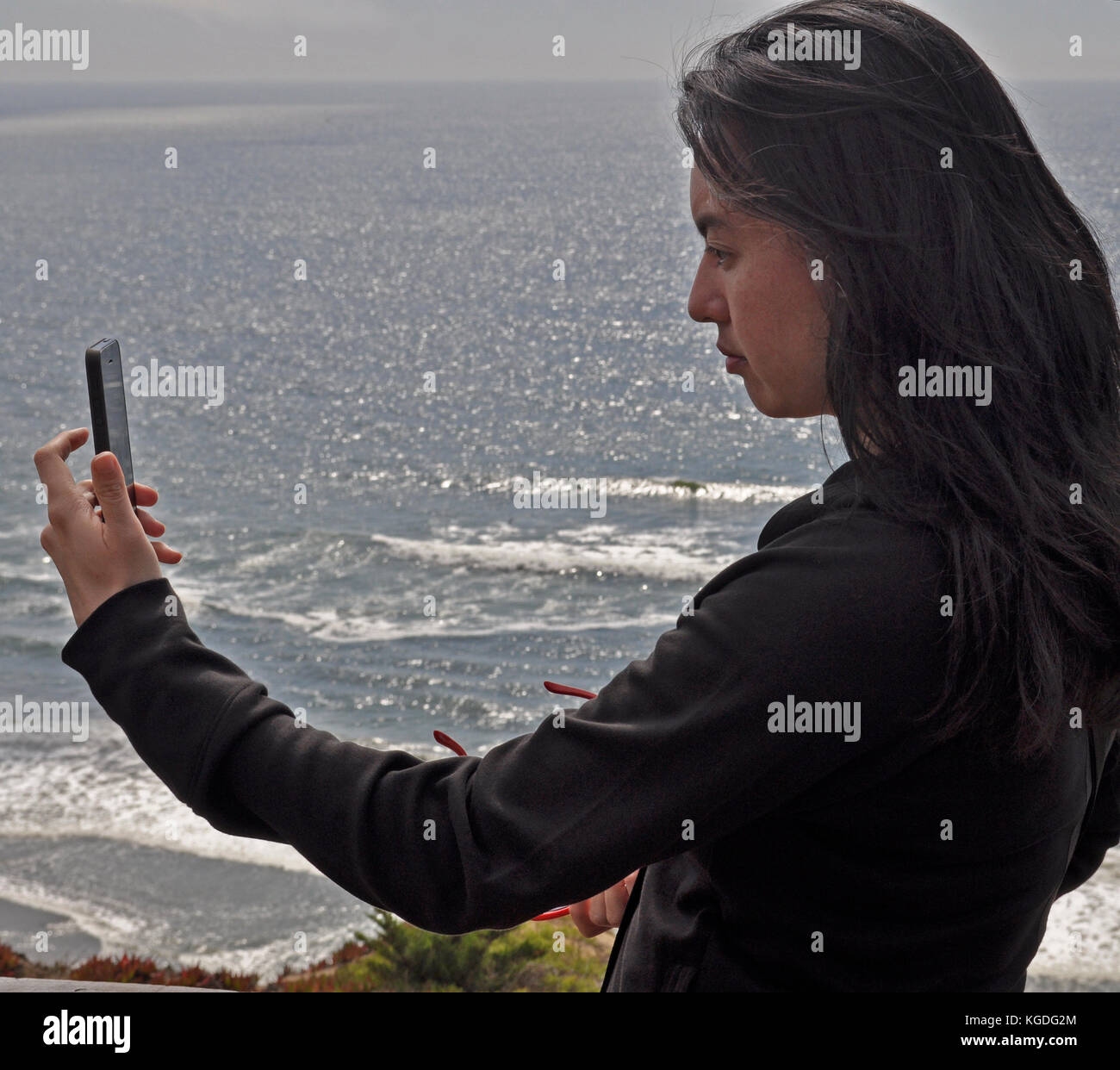 artist Michelle Wong Clay, takes photographs with an I phone, Pacifica,  California - Stock Image