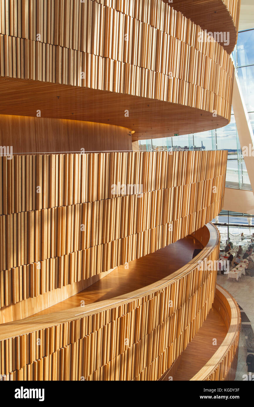 Undulating oakwood wall in the foyer of the Opera House of Oslo, Norway. Designed by Snohetta, it was built in 2007 - Stock Image
