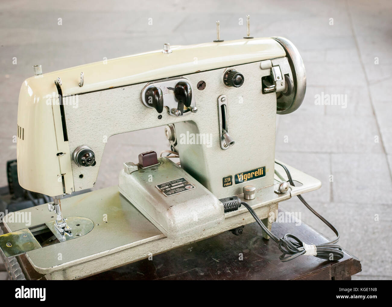 Old sewing machine at the local market in central Rio de Janeiro - Stock  Image