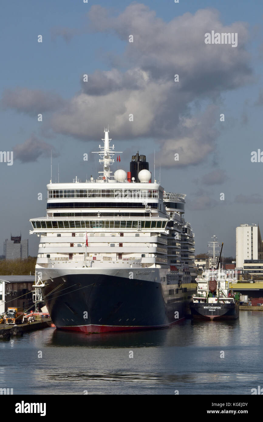 the cunard cruise ship queen Elizabeth taking on fuel in the port of Southampton docks. cruising holidays and shipping. - Stock Image