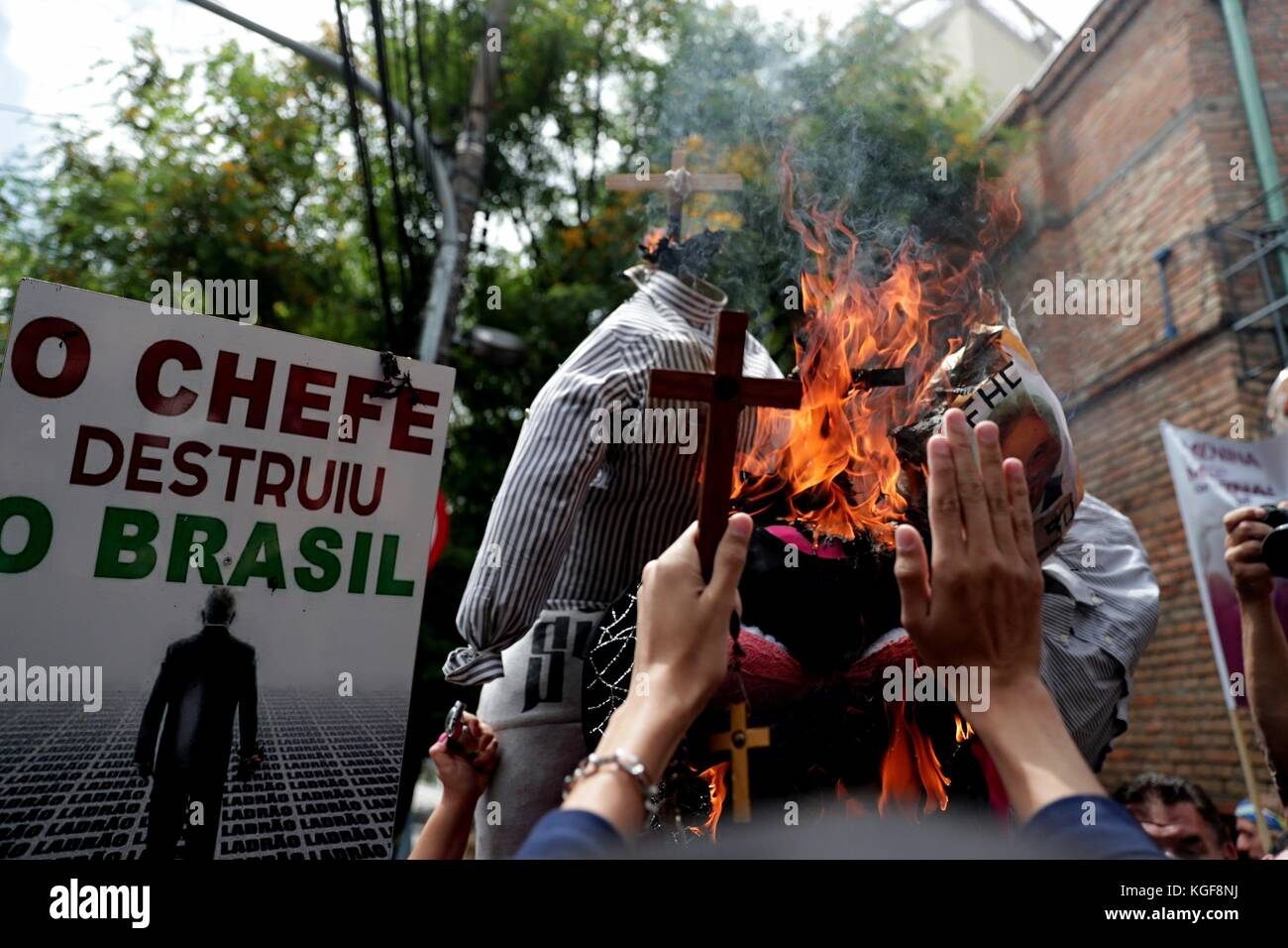 Sao Paulo, Brazil. 07th Nov, 2017. Protesters shout slogans against the US philosopher Judith Butler, one of the highest influential regarding the gender studies, during her participation in an international symposium in Sao Paulo, Brasil, 07 November 2017. Protesters were summoned by several ultra-conservative communities who asked to call off Judith Butler's participation. Credit: Fernando Bizerra Jr./EFE/Alamy Live News Stock Photo