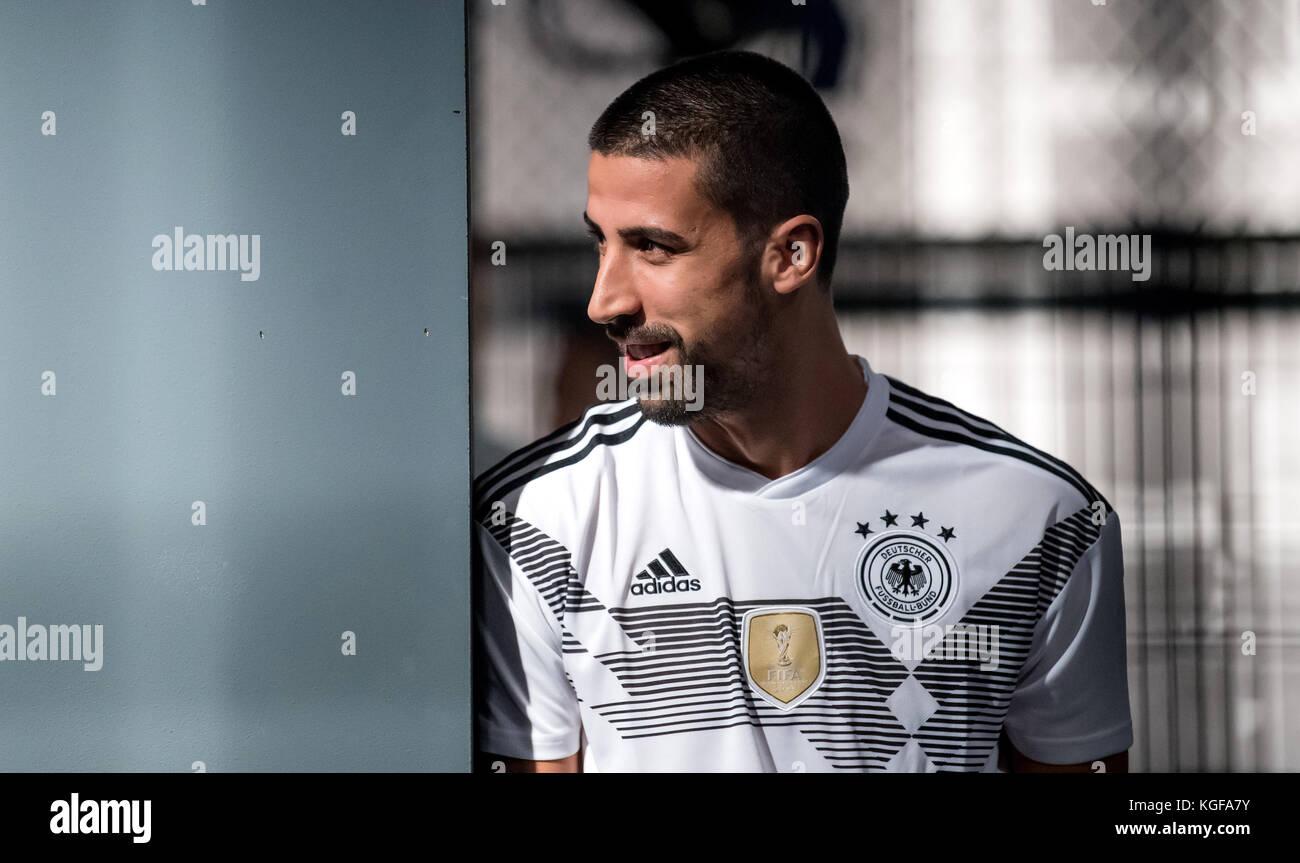 Sami Khedira steht after der Vorstellung der neuen adidas-Trikots in einem Fussball-Kaefig  Am heutigen Dienstag - Stock Image