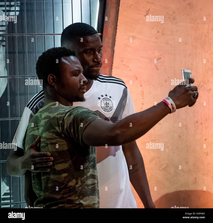 Antonio Ruediger laesst sich after der Vorstellung der neuen adidas-Trikots with einem Fan fotografieren  Am heutigen - Stock Image