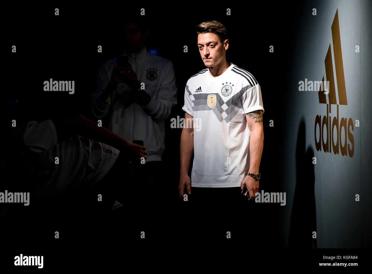Mesut Oezil steht after der Vorstellung der neuen adidas-Trikots in einem Fussball-Kaefig  Am heutigen Dienstag - Stock Image