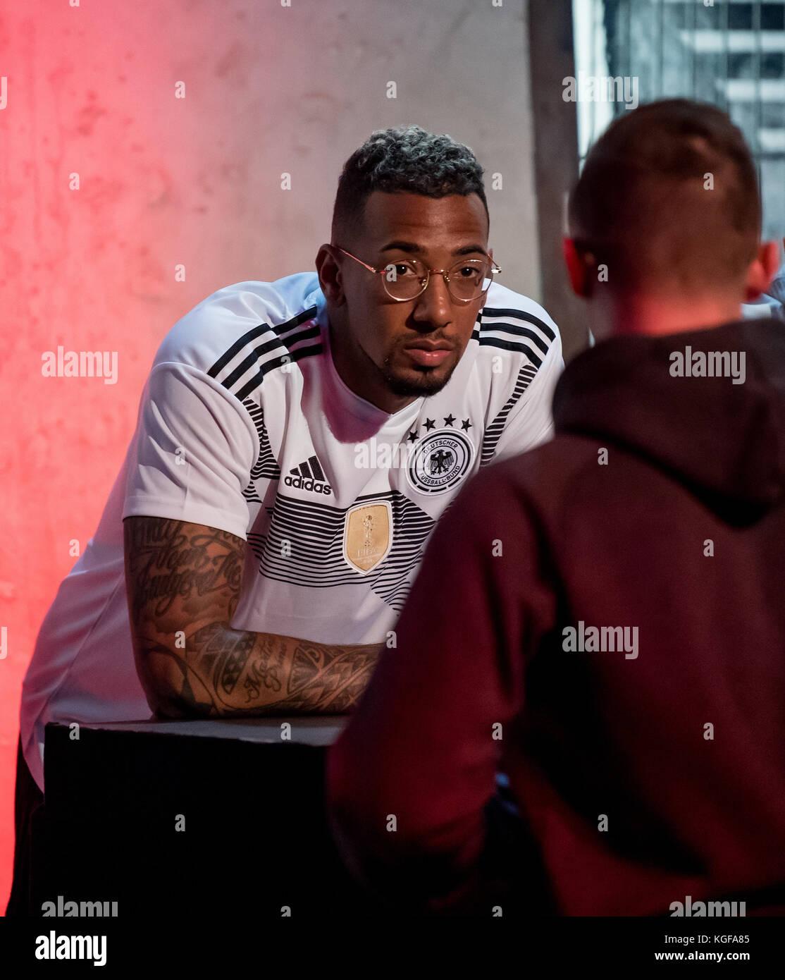 Jerome Boateng steht after der Vorstellung der neuen adidas-Trikots in einem Fussball-Kaefig  Am heutigen Dienstag - Stock Image