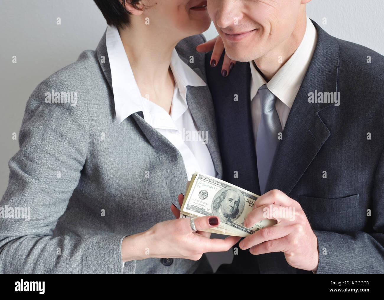 муж занимает деньги друзьям