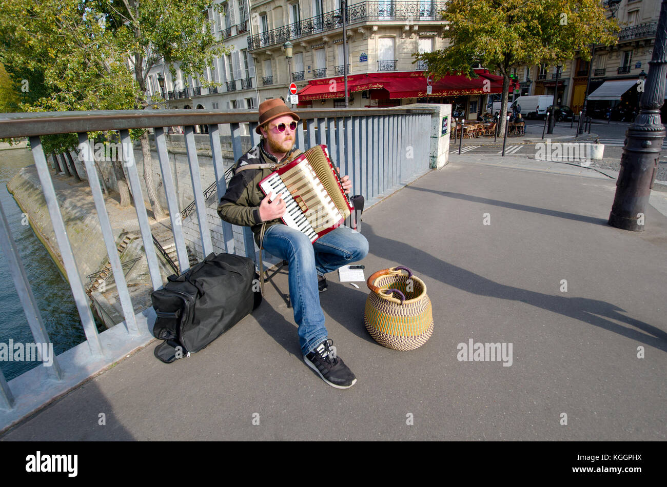 Paris, France. Pont Saint-Louis, accordion player busking - Stock Image