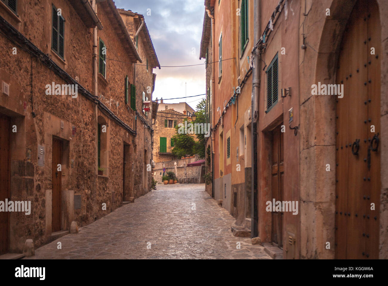Charming Spanish homes line the street in Valldemossa, Mallorca - Stock Image
