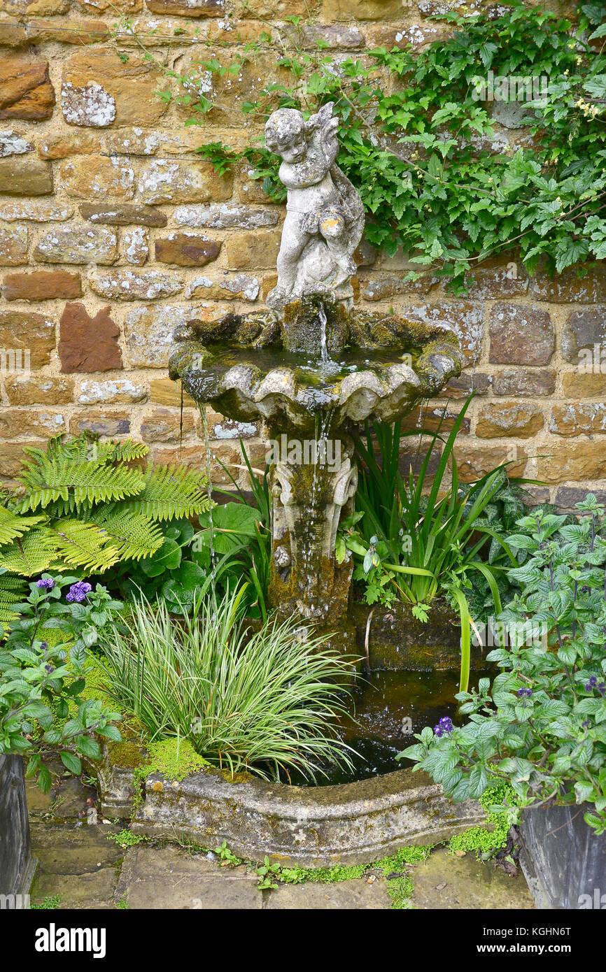 Small Water Feature Garden Stock Photos & Small Water Feature Garden ...