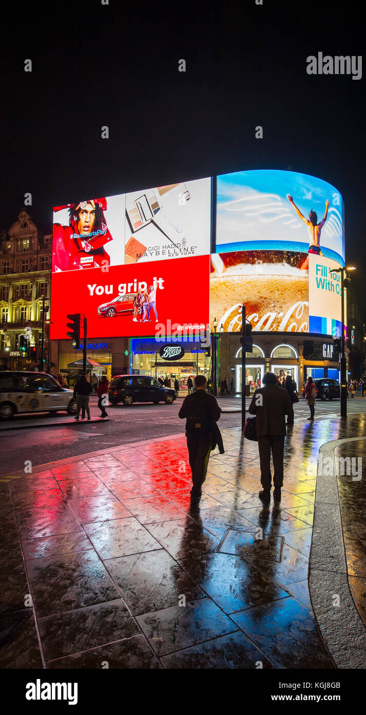 Piccadilly Circus, London, UK. 7th Nov, 2017. Thousands turn up to London's West End to watch the annual Christmas Stock Photo