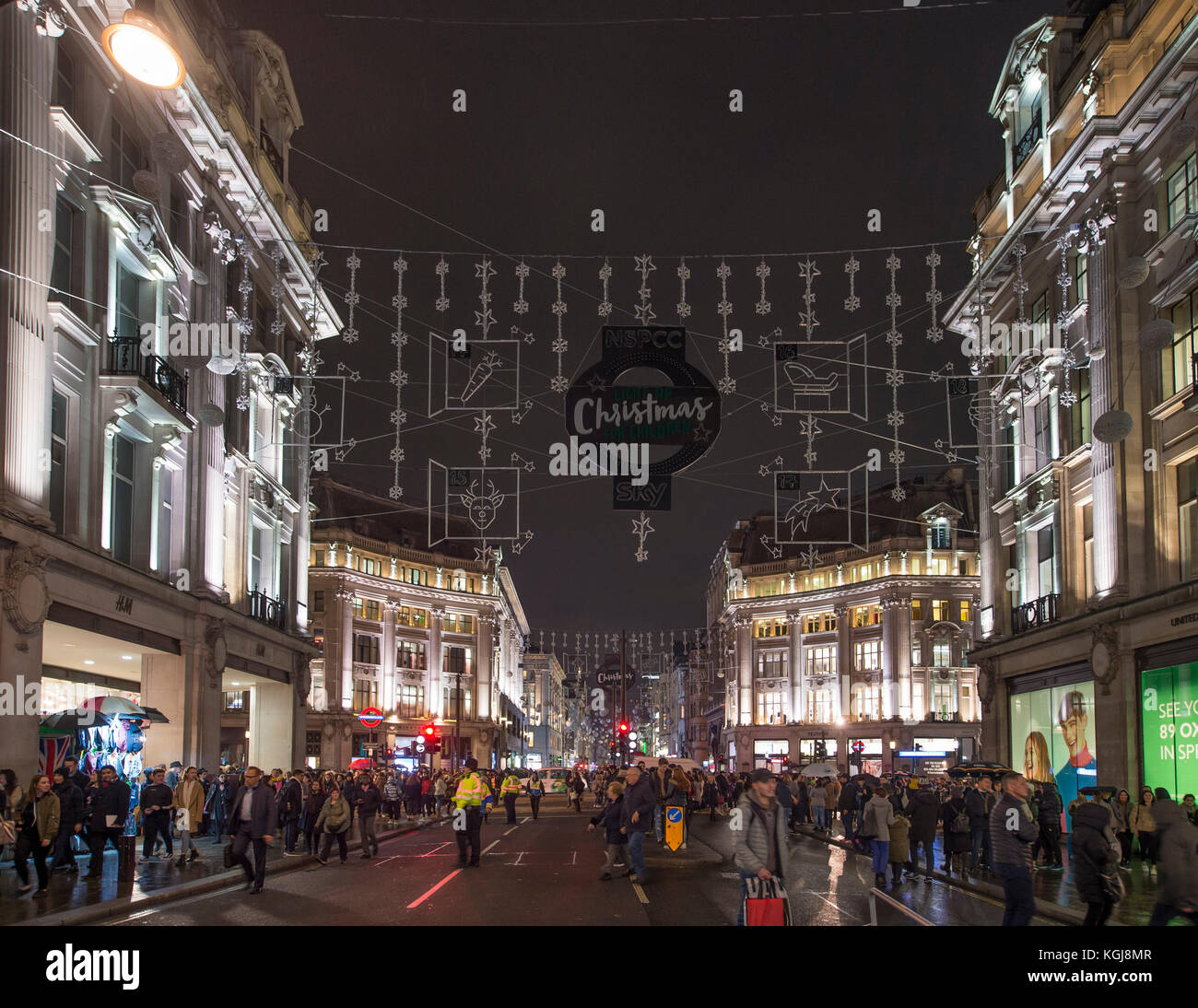 Oxford Street, London, UK. 7th Nov, 2017. Thousands turn up to London's West End to watch the annual Christmas - Stock Image