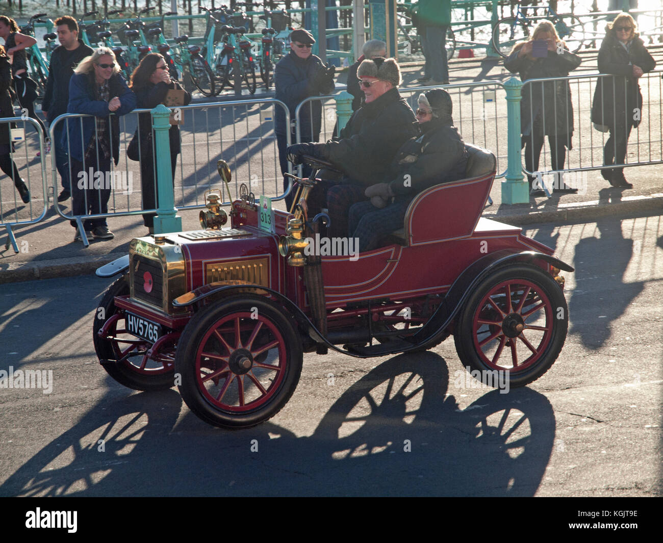 Classic old cars arrive in Brighton at the end of the Veteran Car ...