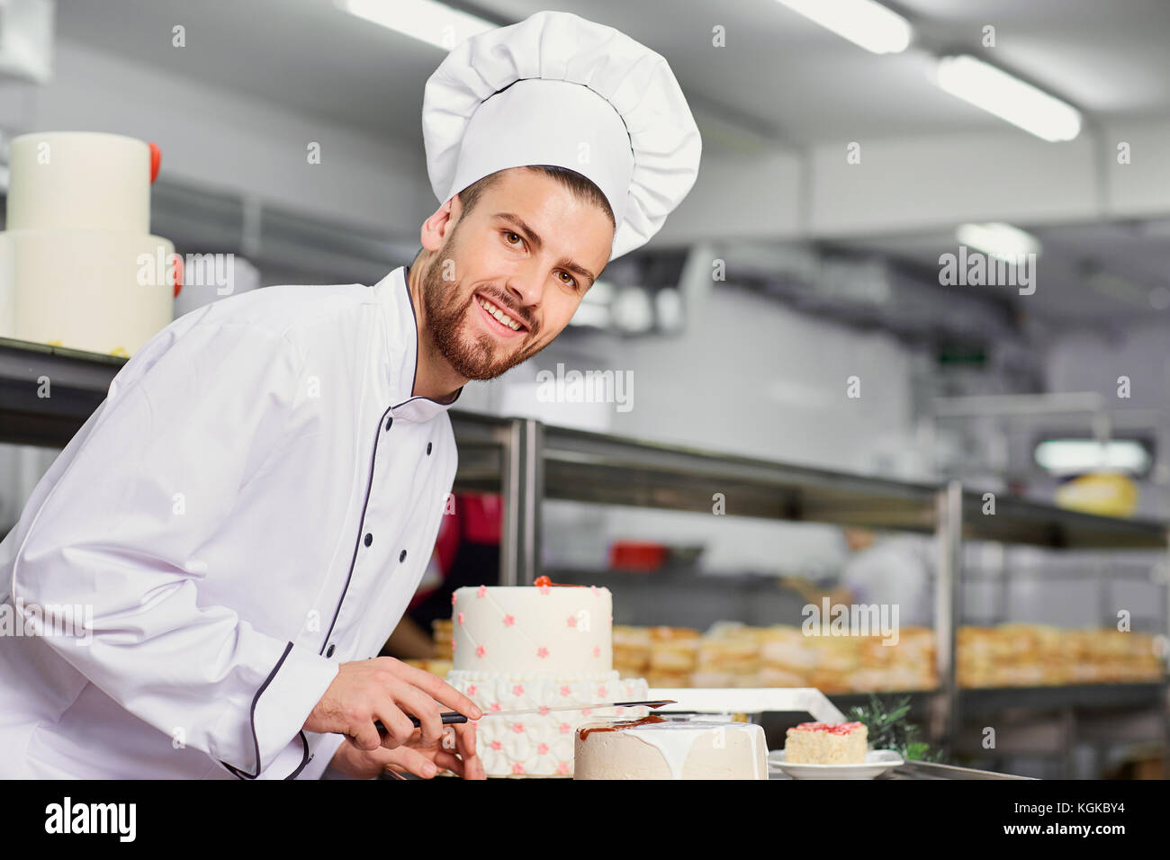 Chef pastry man doing cake in the kitchen - Stock Image
