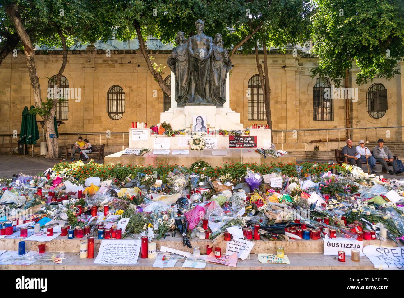 Blumenmeer vor dem Great Siege monument zum Gedenken an die ermordete maltesische Journalistin Daphne Caruana Galizia, - Stock Image
