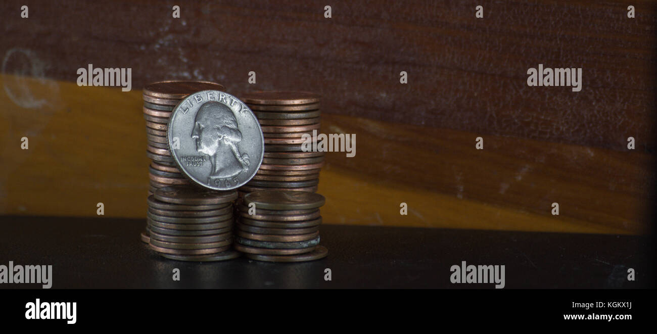 Quarter on stack of pennies - Stock Image