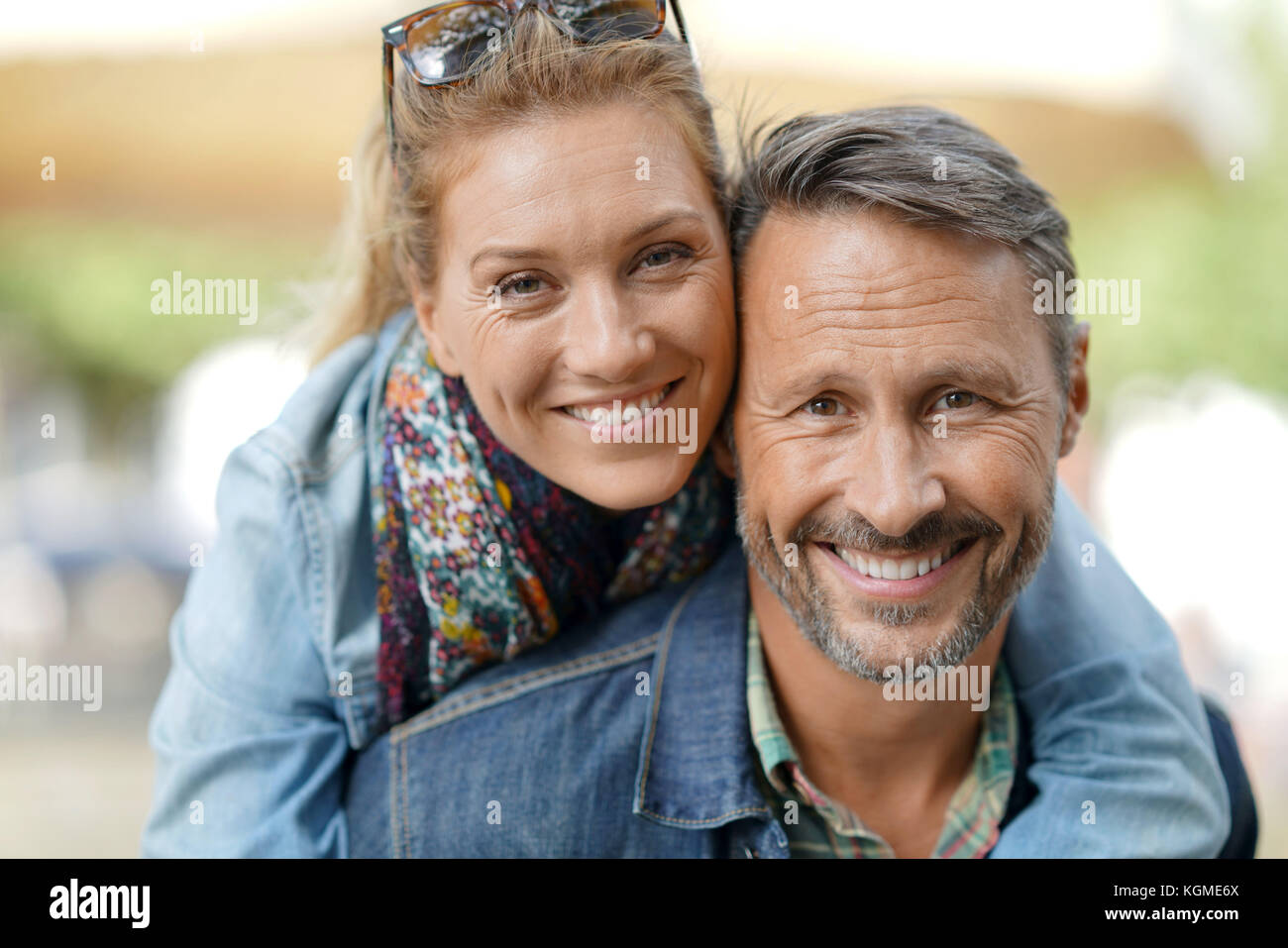 Man giving piggyback ride to woman - Stock Image